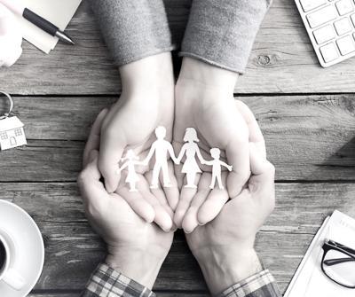 Wzajemne wsparcie członków rodziny ukazujące gwarancję bezpieczeństwa, jaką zapewnia cesja ubezpieczenia