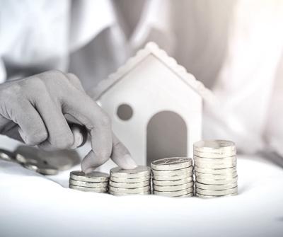 Odpowiednio ułożone monety symbolizujące poszczególne etapy kredytu hipotecznego