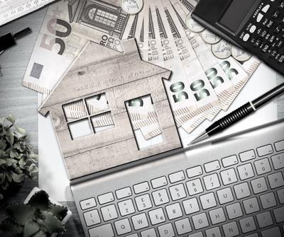 Przedmioty takie jak pieniądze, kalkulator czy szablon domu, symbolizujące flipowanie nieruchomości