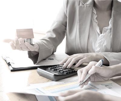 Doradca kredytowy i kredytobiorca omawiający kwestię, jaką są formy zatrudnienia a kredyt hipoteczny