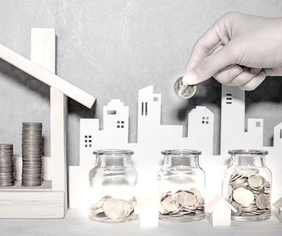 Odkładanie pieniędzy do trzech skarbonek, chcąc kupić gotowce inwestycyjne