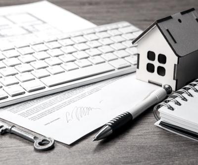 Dokument na biurko przedstawiający zasady, na jakich może odbyć się karencja w spłacie kredytu