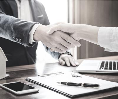 Spotkanie dwóch osób w biurze, podczas którego udało się omówić kwestię, jaką jest marża kredytu hipotecznego