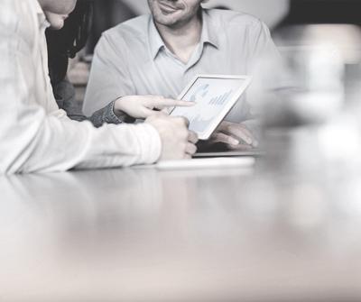Dwie osoby prowadzące rozmowę w kawiarni, której tematem są negocjacje kredytu hipotecznego