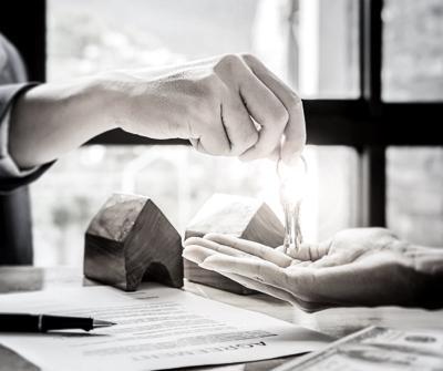 Kredytobiorca odbierający klucze do mieszkania, który posiada wiedzę, o co pytać przy kredycie hipotecznym