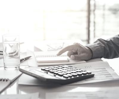 Ekspert kredytowy wyjaśniający prawne aspekty przyznania kredytu hipotecznego kredytobiorcy