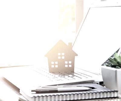 Laptop oraz szblon nieruchomości wskazujące na RRSO