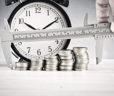Suwmiarka mierząca szerokość ustawienia monet, symbolizując scoring bankowy