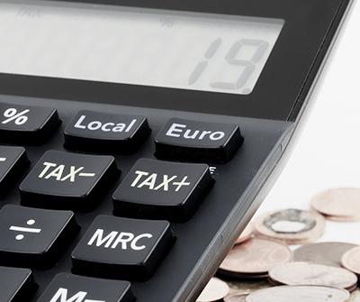Kalkulator z wyliczeniami symbolizującymi różne sytuacje życiowe a kredyt hipoteczny