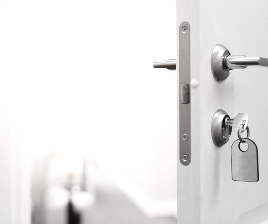 Na zdjęciu widać otwarte drzwi zapraszające do mieszkania. Myślisz sobie wtedy jak korzystnie kupić mieszkanie na rynku wtórnym